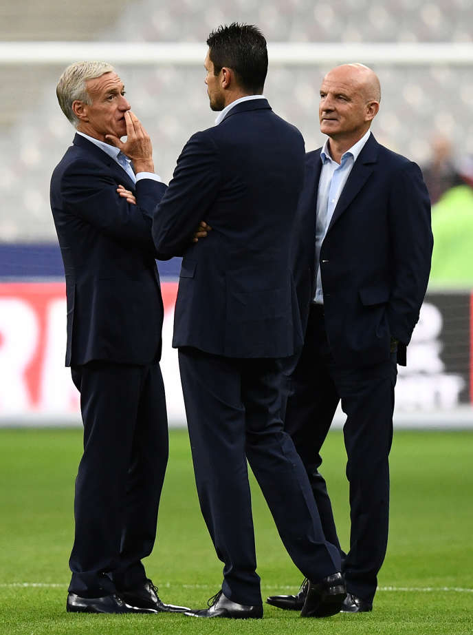 Didier Deschamps, Franck Raviot (au centre) et Guy Stéphan, à Saint-Denis, avant le match France-Biélorussie qualificatif pour le Mondial 2018, le 10  octobre 2017.