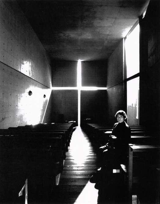 Tadao Ando – ici photographié par son ami Nobuyoshi Araki– a réalisé près de 250bâtiments dans le monde entier. Sa production se concentre toutefois au Japon, et plus spécifiquement dans les régions d'Osaka, sa ville de naissance et de résidence, et de Kyoto.Lauréat de nombreux prix, dont le prix Alvar Alto au début de sa carrière, il est couronné en 1995 par le Pritzker, l'équivalent du Nobel en architecture.