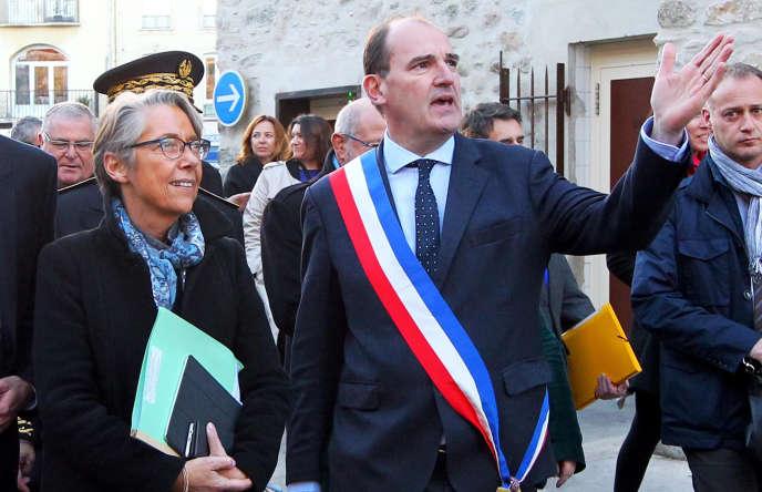 Jean Castex, maire de Prades (Pyrénées-Orientales), aux côtés d'Elisabeth Borne, alors ministre des transports, en novembre 2017.