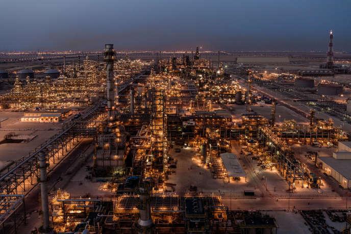 Vue depuis le haut de la colonne de distillation de paraxylène, la raffinerie Satorp, de Jubail, en Arabie saoudite.