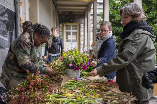 En octobre 2017, sur le site des Grands Voisins (Paris 14e), les employés de la start-up Les Fleurs d'ici préparent bouquets et commandes.