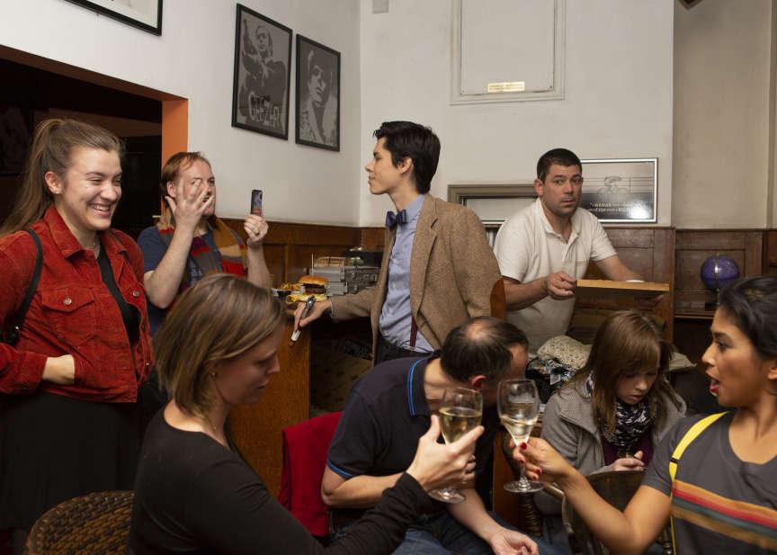 Une vingtaine de fans, parfois déguisés, se sont réunis dimanche 7 octobre dans un pub de Londres pour découvrir ensemble le nouvel épisode de« Doctor Who».
