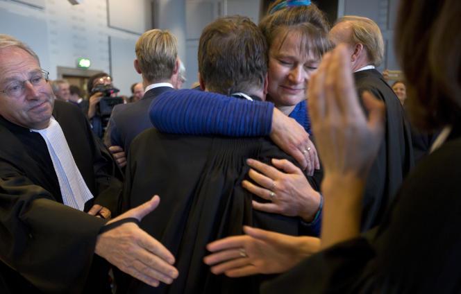 Marjan Minnesma, la directrice de l'ONG néerlandaise Urgenda, célébrant sa victoire, le 9 octobre, à La Haye.