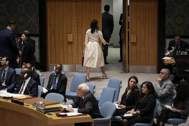 Nikki Haley sort de la salle du Conseil de sécurité de l'ONU au moment du discours de l'ambassadeur palestinien, Riyad Mansour, le 15 mai 2018.