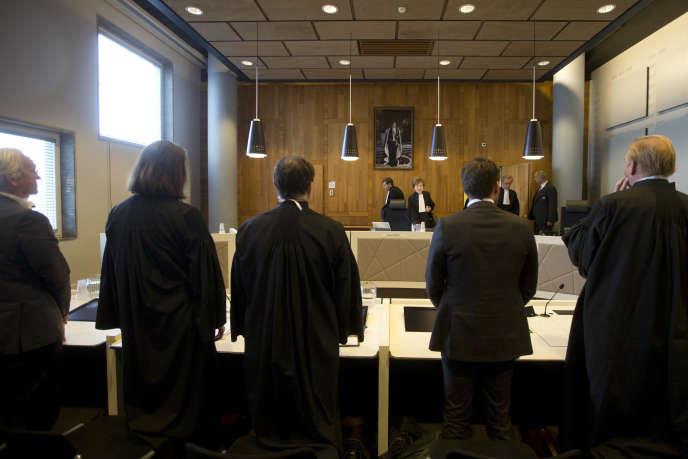 Les avocats représentant la Fondation Urgenda, à gauche, et les représentants du gouvernement néerlandais, devant la Cour d'appel de La Haye, le 9 octobre 2018. En 2015, le gouvernement néerlandais avait été condamné à réduire les émissions de gaz à effet de serre d'au moins 25 % d'ici 2020.