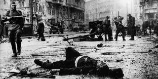 Un soldat allemand tué dans la bataille de Berlin, avril-mai 1945.