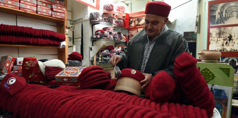 Une boutique de chéchias dans le souk de Tunis, en mai.