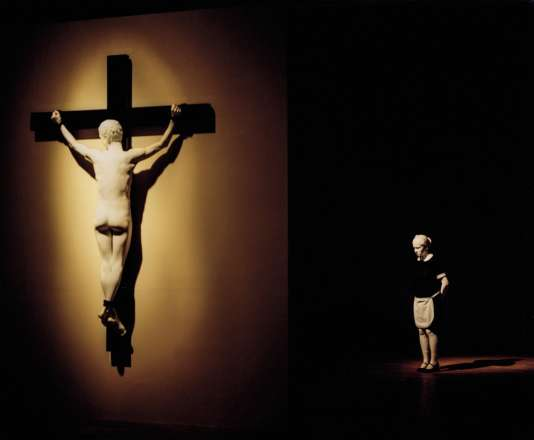 De gauche à droite, «Reversed Crucifix » (2016) et «Pregnant White Maid» (2017).