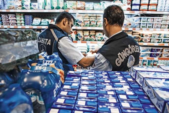 A Istanbul, des policiers contrôlent les étiquettes dans un supermarché, le 5 octobre.