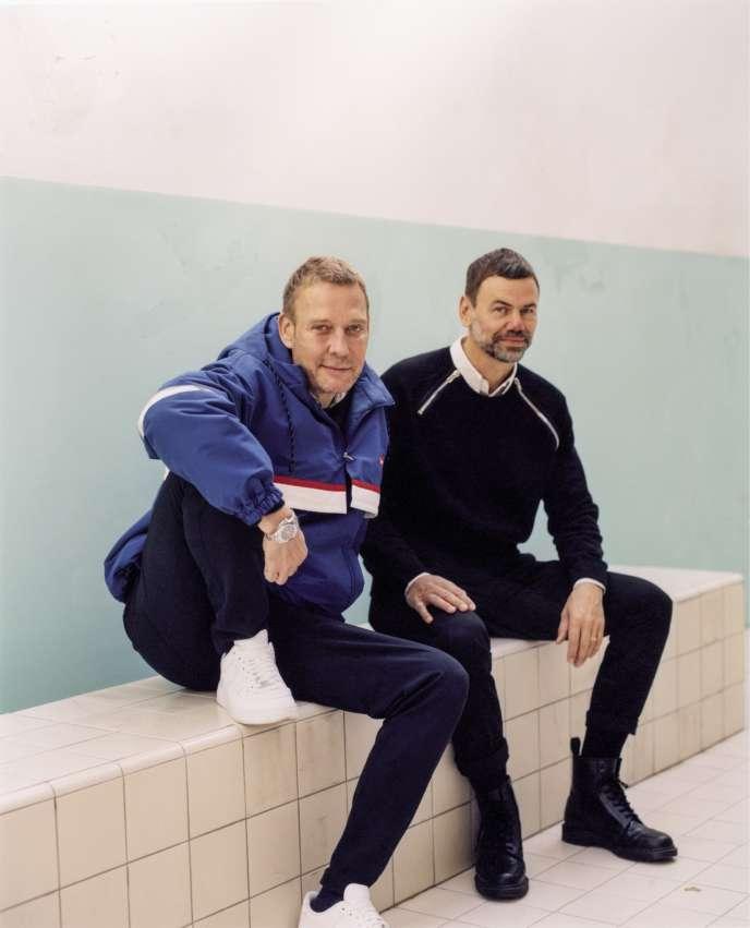 Michael Elmgreen (à gauche) et Ingar Dragset le 1er octobre 2018 à la Whitchapel Gallery de Londres, où ils exposent jusqu'au 13 janvier.