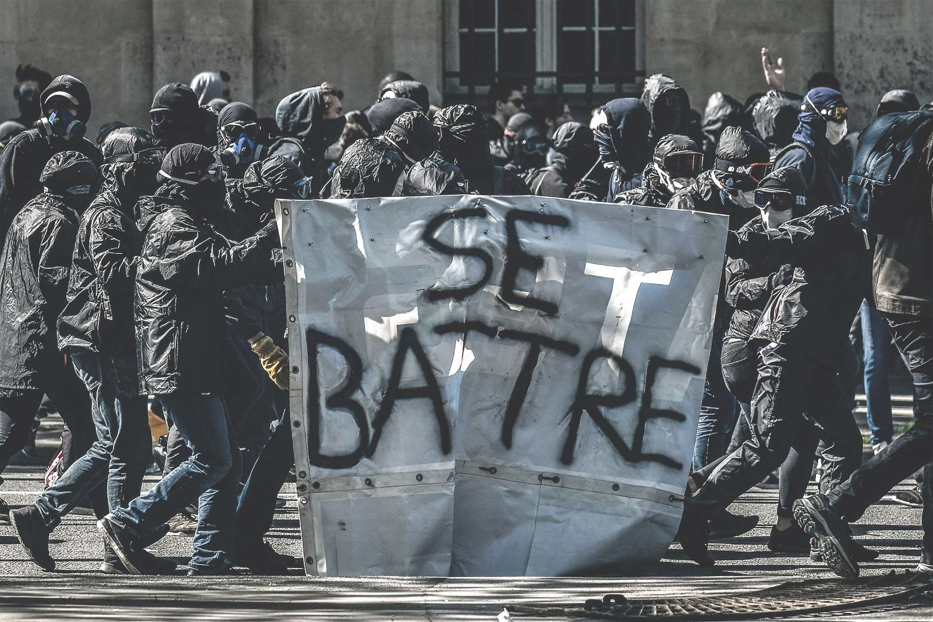 Des black blocs lors d'une manifestation, à Paris, le 19 avril 2018.