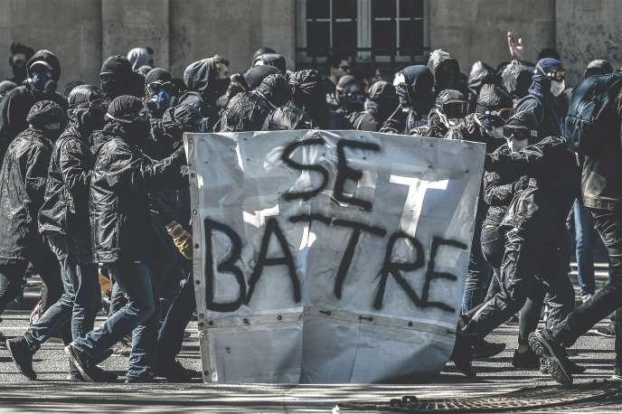 Des membres du black bloc lors d'une manifestation contre la réforme de la SNCF, le19 avril 2018, à Paris.