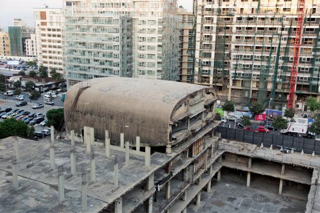 Le Dôme, dont la construction a été interrompue par la guerre civile, en 1975, devait être la plus grande salle de cinéma du bassinméditerranéen. Depuis, sacarcasse de béton se dresse, inachevée, au cœurde Beyrouth.