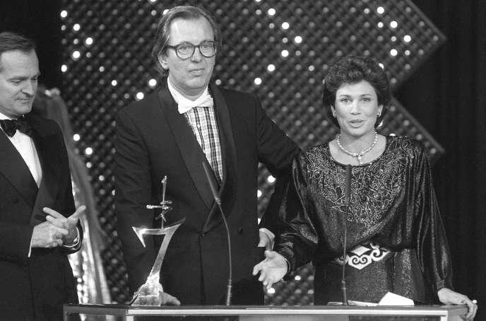 Jean Lanzi (au centre) et Anne Sinclair (à droite) lors de la remise d'un remise d'un 7 d'Or, à Paris, le 25 octobre 1985.
