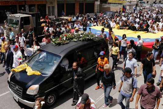 Des centaines d'opposants à Maduro ont suivi le cortège funéraire en réclamant «justice» pourFernando Alban, le 10 octobre, à Caracas.