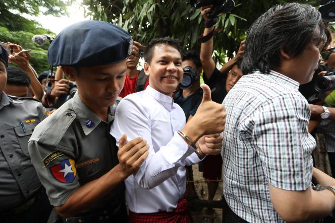 L'un des trois journalistes arrêtés, Phyo Wai Win, responsable de la cellule reporter à Eleven Media, arrive au tribunal de Tamwe, à Rangoun, le 10 octobre.