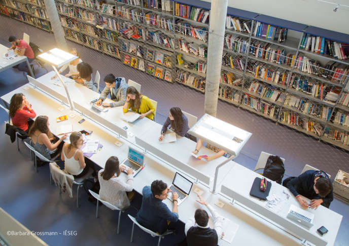 La bibliothèque du campus lillois de l'Ieseg.