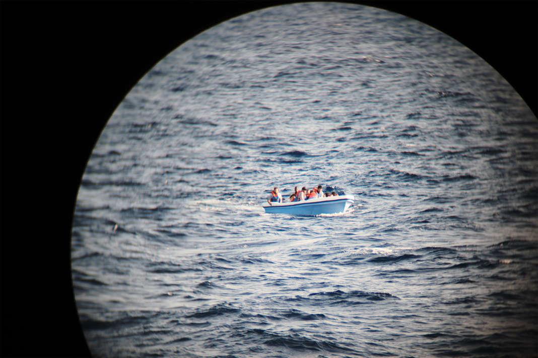 Une embarcation en détresse avec onze personnes à bord, au large de la Libye, le 20 septembre. SAMUEL GRATACAP POUR LE MONDE