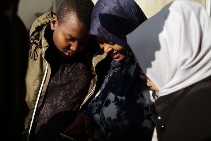 Arrivée des familles libyennes, à l'aéroport de Roissy-Charles-de-Gaulle, le 9 octobre.