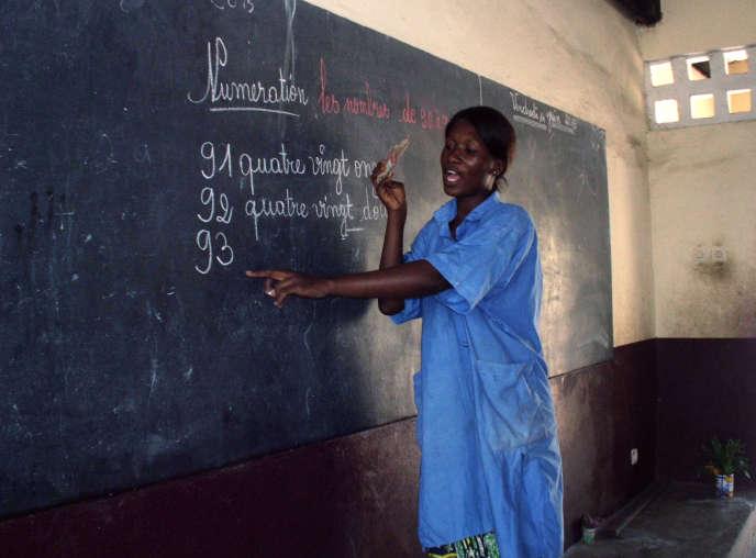 Une institutrice dans une école à Brazzaville, en 2013. Au Congo, 59% des habitants utilisent quotidiennement la langue française.