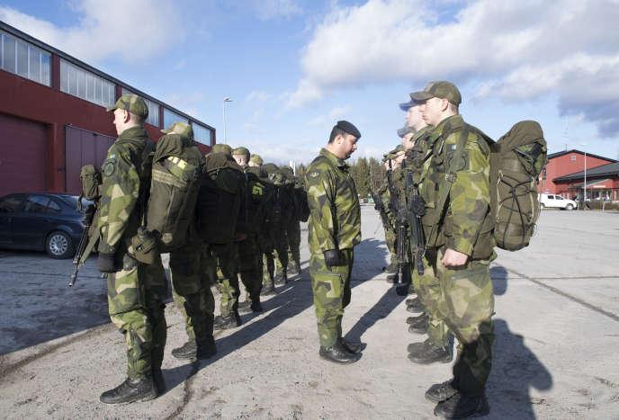 De jeunes recrues lors d'une inspection le 2 mars 2017 à Enkoping, à 70 km au nord-ouest de Stockholm.