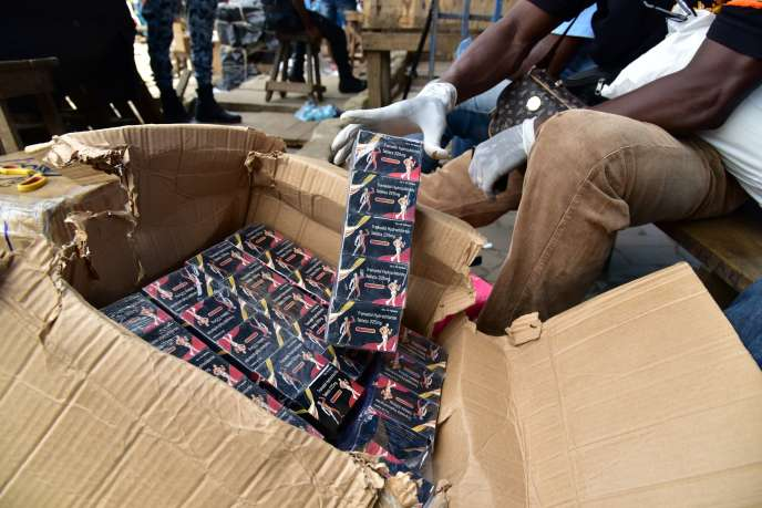 Opération de police contre des vendeurs de faux médicaments au marché d'Adjamé, à Abidjan, en mai 2017.