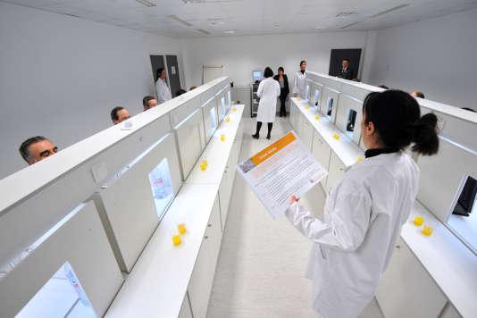 Chez Biofortis, filiale française du groupe de biotechnologie Biomérieux, àSaint-Herblain, en 2012.
