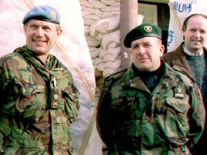 L'ancien général bosniaque Dudakovic (à droite) avec le général des Nations unies, sir Michael Rose, le 28décembre 1994, à Bihac, dans l'ouest de la Bosnie.