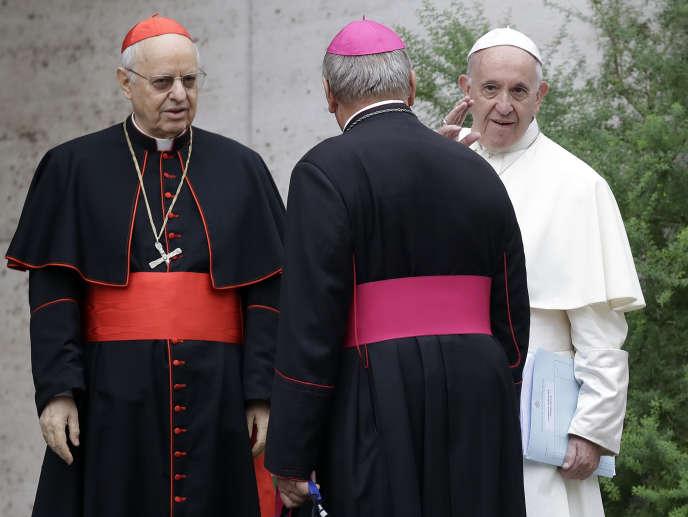 Le pape François entouré de cardinaux, le 11 octobre au Vatican.
