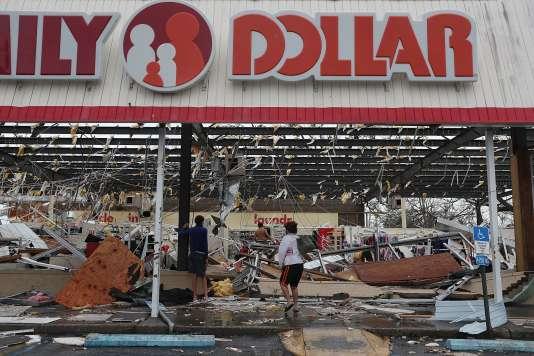 Un magasin aux vitrines brisées et au toit arraché, à Panama City, le 10 octobre.