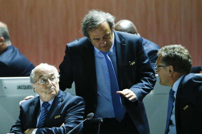 Michel Platini, en discussion avec Sepp Blatter (à gauche) et Jérôme Valcke, à Zurich, en Suisse, le 29 mai 2015