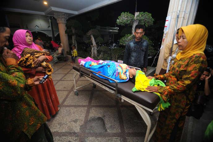 La famille d'un patient évacué de l'hôpital de Pamekasan, en Indonésie, après un nouveau séisme le 11 octobre.