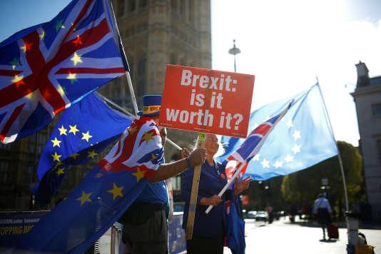Des manifestants anti-brexit devant le Parlement, à Londres, le 11 octobre 2018.
