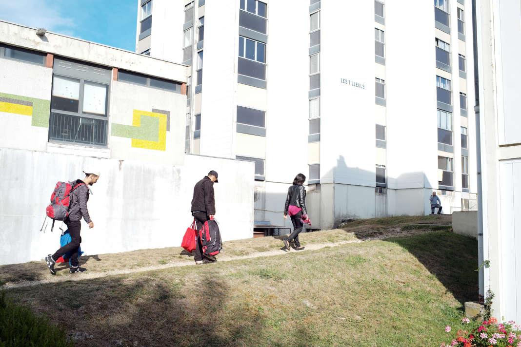 Les familles libyennes sont transférées par bus vers différents Centre pour l'accueil des demandeurs d'asile de la région Grand-Est. Ici dans un quartier en périphérie de la ville de Langres, le 9 octobre. SAMUEL GRATACAP POUR LE MONDE