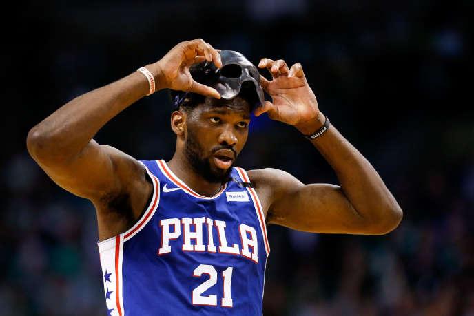 Le Camerounais Joel Embiid, pivot des Philadelphia 76ers, lors d'un match à Boston, le 9mai 2018.