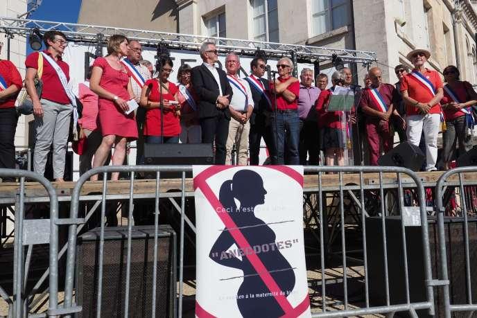 Manifestation des élus du collectif de défense de la maternité du Blanc (Indre), le 15 septembre.