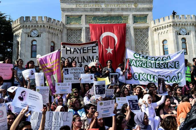 Etudiants et professeurs sont rassemblés devant l'université d'Istanbul pour protester contre un projet de réforme des universités, le 27 avril.