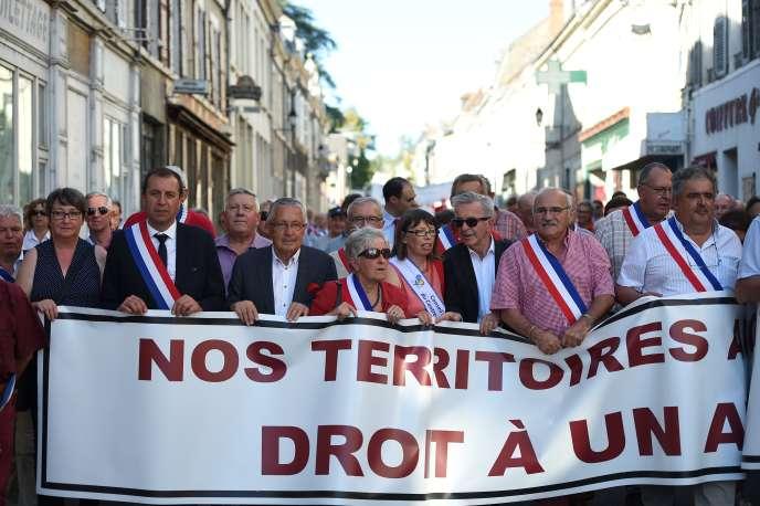 François Bonneau, président de Centre-Val de Loire et Annick Gombert, maire du Blanc, avec d'autres élus de l'Indre, le 15 septembre au Blanc.