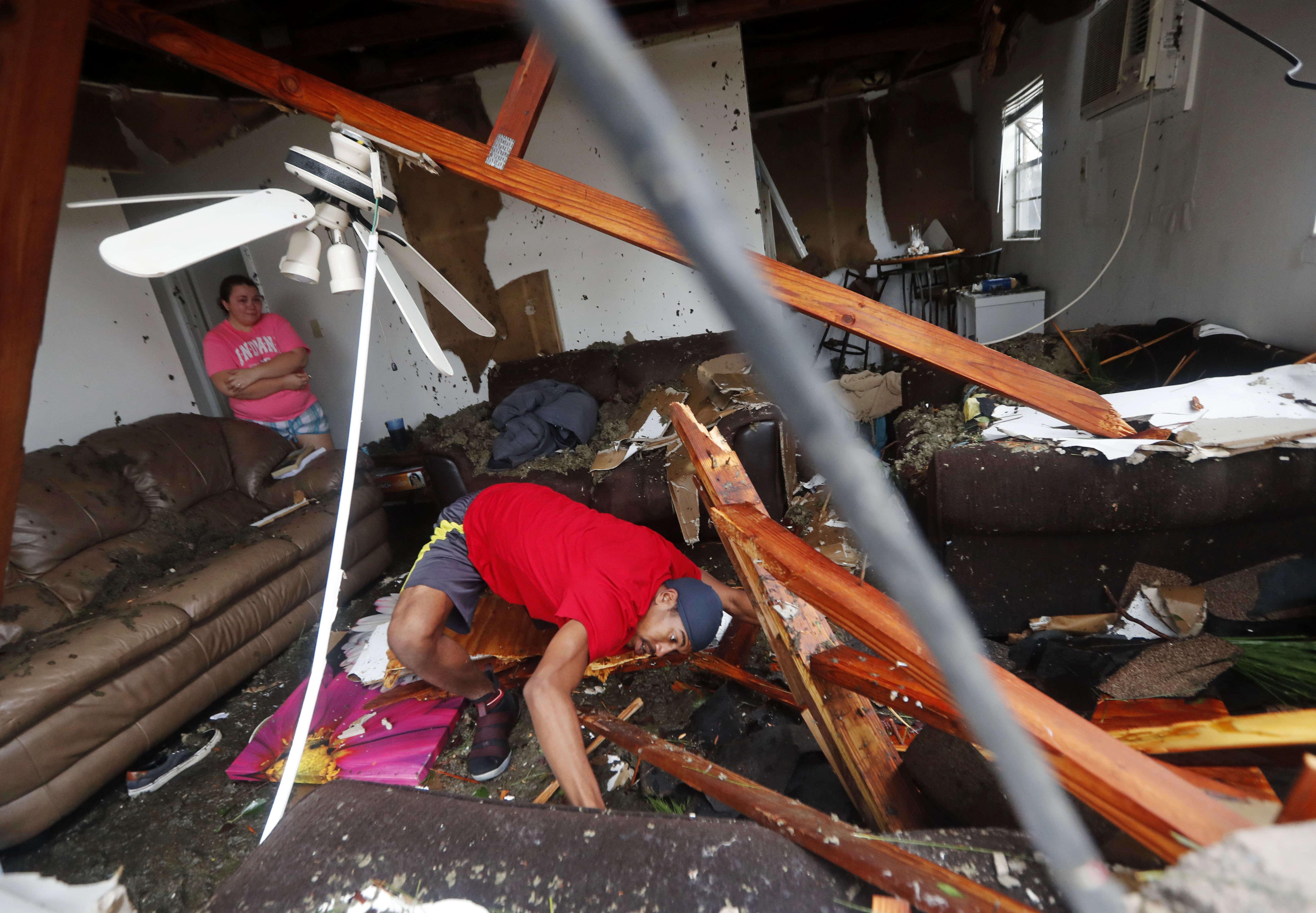 Dorian Carter cherche son chat dans sa maison détruite par la chute de plusieurs arbres, Panama City, le 10 octobre.
