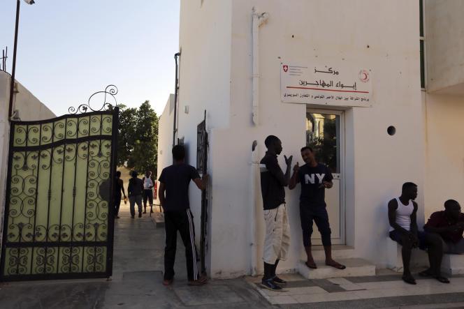 Des migrants d'Afrique subsaharienne, à Médenine, en Tunisie, en août 2018.