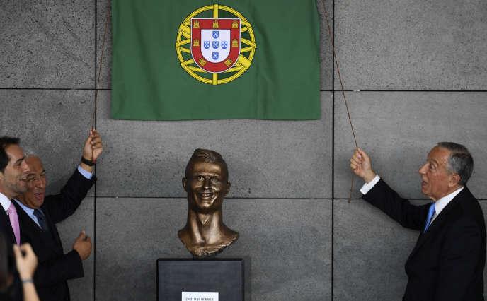 Le président portugais Marcelo Rebelo de Sousa (à droite) et le premier ministre Antonio Costa, lors d'une cérémonie pour rebaptiser l'aéroport de Funchal«aéroport Cristiano-Ronaldo», le 29mars 2017.