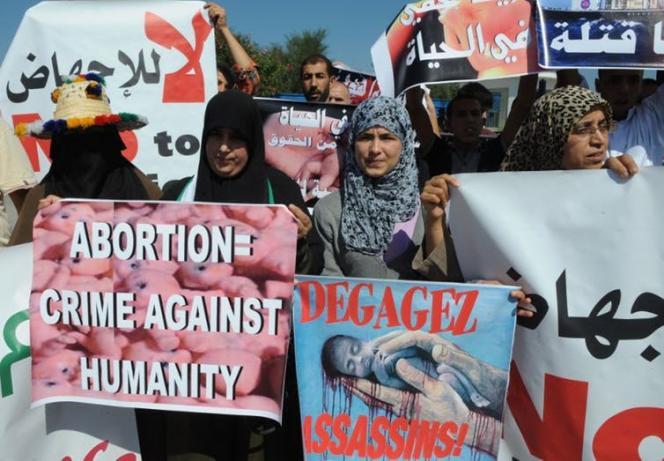 Des manifestants marocains opposés à l'avortement manifestent contre un «bateau d'avorteurs» néerlandais devant accoster près de Tétouan, dans le nord du Maroc, le 4octobre 2012.