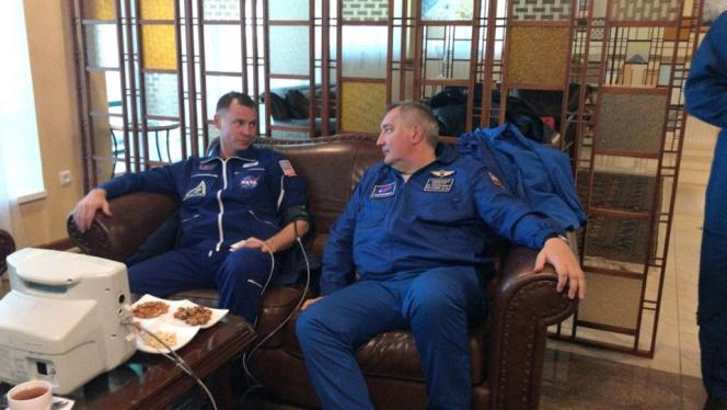 L'Américain Nick Hague (à gauche) et son collègue russe Alexeï Ovtchinine après leur atterrissage forcé, le 11 octobre.