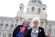 Susanne Scholl, 68 ans, et Monika Salzer, 70 ans, fondatrices des Omas gegen Rechts, c'est-à-dire les«les mamies opposées à la droitisation», à Vienne, en juin 2018.