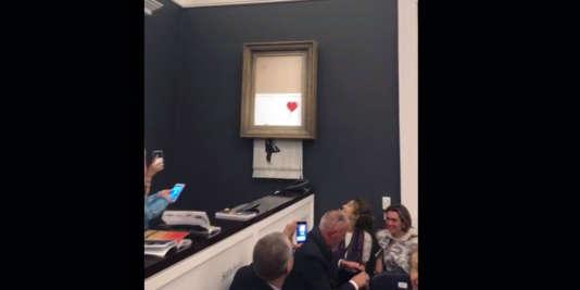 Le tableau«Girl With Balloon » de Banksy déchiré lors de la vente aux enchères à Sotheby's à Londres le 5 octobre 2018