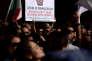 Un défenseur du Mouvement 5 étoiles (M5S) tient une pancarte indiquant: «Voleurs de la démocratie, coup d'Etat de Rosatellum, le peuple souverain a le droit de choisir son vote», lors d'une manifestation devant la Chambre basse du Parlement contre la décision du gouvernement de soumettre un projet de loi relatif à une nouvelle loi électorale (connue sous le nom de «Rosatellum») à un vote de confiance à Rome le 11 octobre 2017.