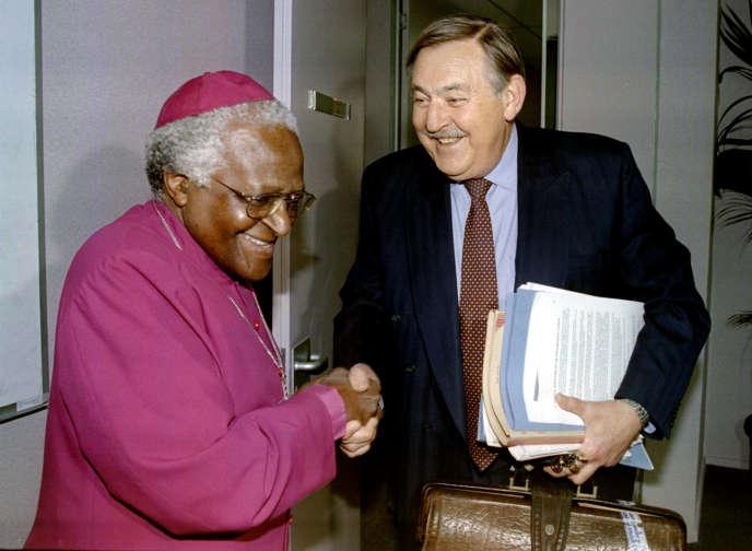 L'archevêque Desmond Tutu etPik Botha, ministre des affaires étrangères d'Afrique du Sud, lors d'une réunion à Johannesburg (Afrirque du Sud) de la Commission vérité et réconciliation, le 14 octobre 1997.