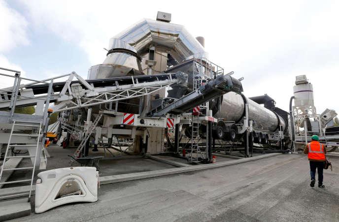 Cette usine mobile recycle sur place les enrobés de l'autoroute A10, à Saint-Christoly-de Blaye (Gironde), le 9 octobre.