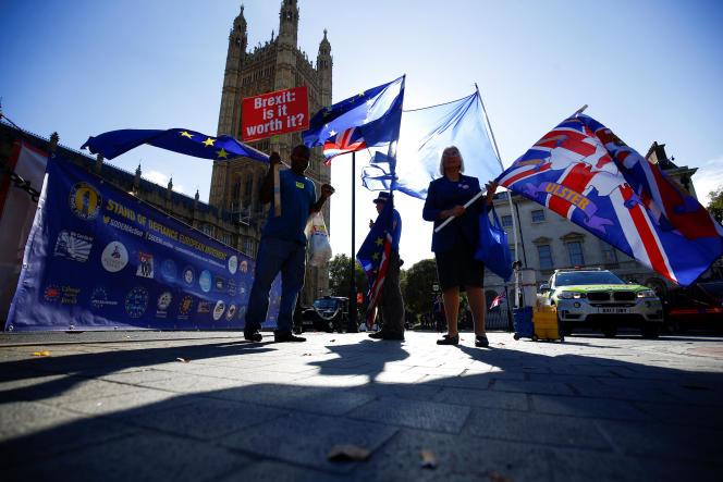 Des opposants au Brexit manifestent devant le Parlement à Londres, en Angleterre, le 11 octobre 2018.