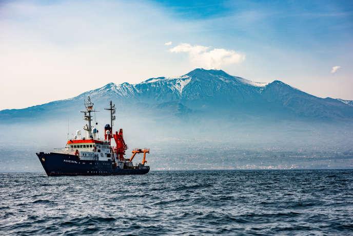 Le vaisseau scientifique Poseidon au large de l'Etna lors de la pose d'un réseau géodésique sous-marin.